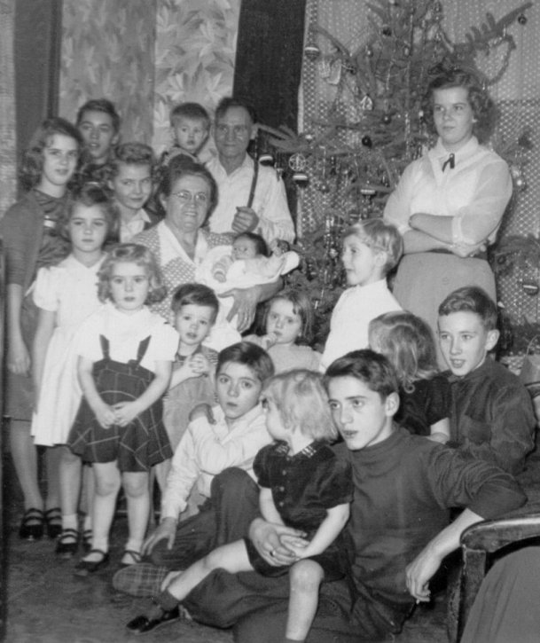 Photo of Ellen and Ernest with their 16 grandchildren